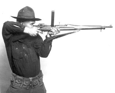 Karabin M1903 wyposażony w zestaw Pedersen Device umożliwiający konwersję karabinu M1903 na broń samopowtarzalną zasilaną nabojem pistoletowym kalibru 7,62mm
