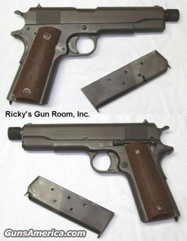 Nieliczne pistolety Colt M1911 posiadały lufę dostosowaną do zamocowania dołączanego jednostopniowego wielokomorowego tłumika dźwięku. Pocisk wystrzelony z Colta M1911 nie osiąga prędkości dźwięku, dlatego też stosowanie naboi z pociskiem poddźwiękowym w celu lepszego wytłumienia broni nie było konieczne.