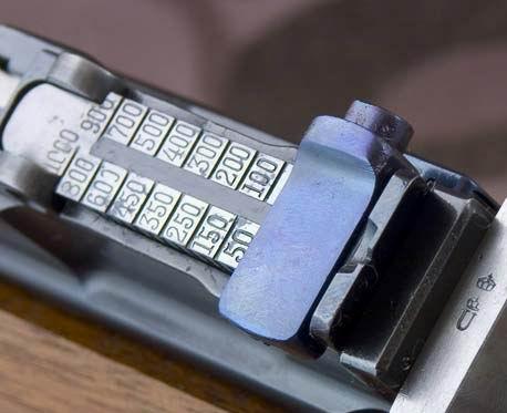Celownik Mausera C96 z nastawami od 50m do 1000m, skalowany od 50m do 500m co 50m, natomiast od 500m do 1000m co 100m