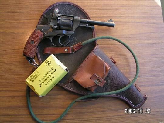 Nagant wz. 1985, widoczna również kabura, smycz oraz pudełko naboi. Za zdjęcie dziękuję Visowi z forum Strzelecka.net
