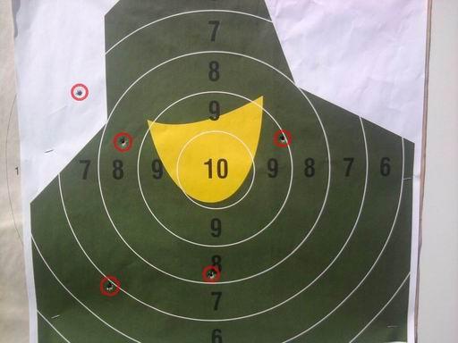 Tarcza NT23p po pięciu strzałach z odległości 100m. Wewnątrz czerwonych okręgów widać przestrzeliny